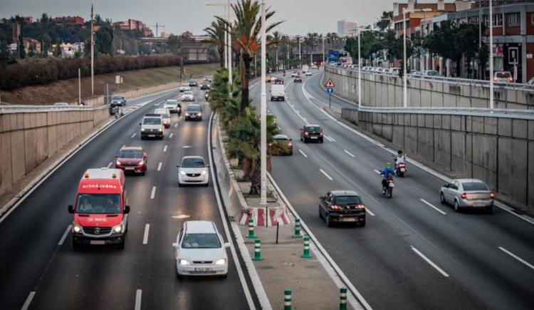 carretera amb cotxes